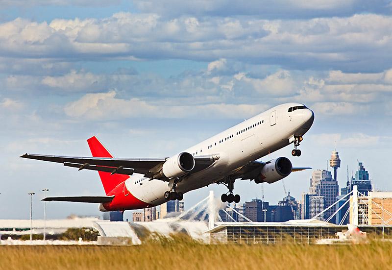 qantas plane taking off at sydney airport